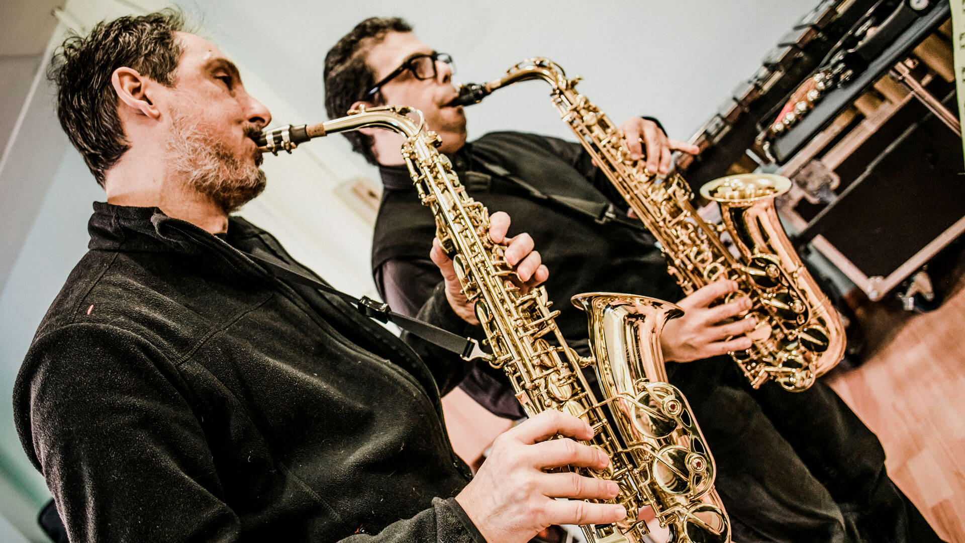 I due sassofonisti, Matteo Rossi e Daniele Mocerino, durante una prova: la InBand è la dimostrazione che nessuna disabilità è un limite facendo grande musica (Foto Vasco Dell'Oro)