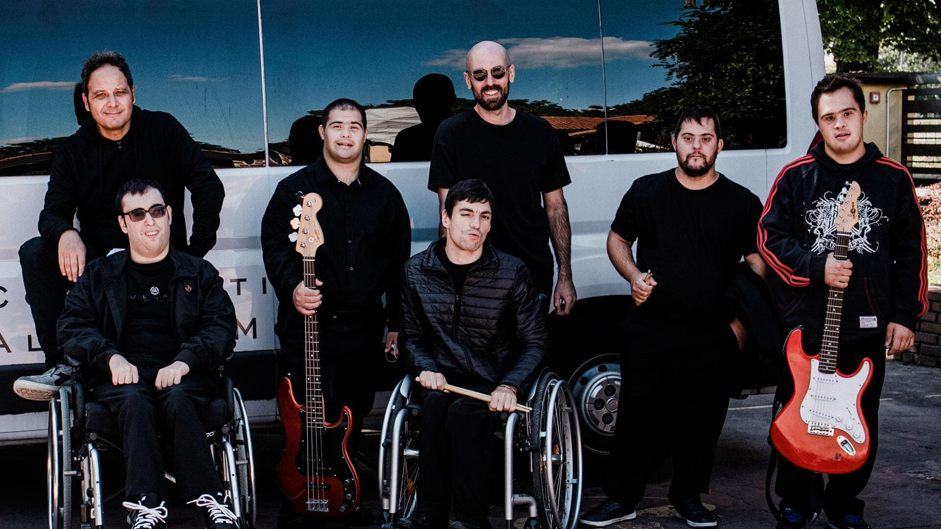 I componenti della Propedeutica Band in posa alla Cascina Bellaria davanti al furgone di AllegroModerato prima di un concerto lo scorso settembre: un gruppo molto rock (Foto Vasco Dell'Oro)