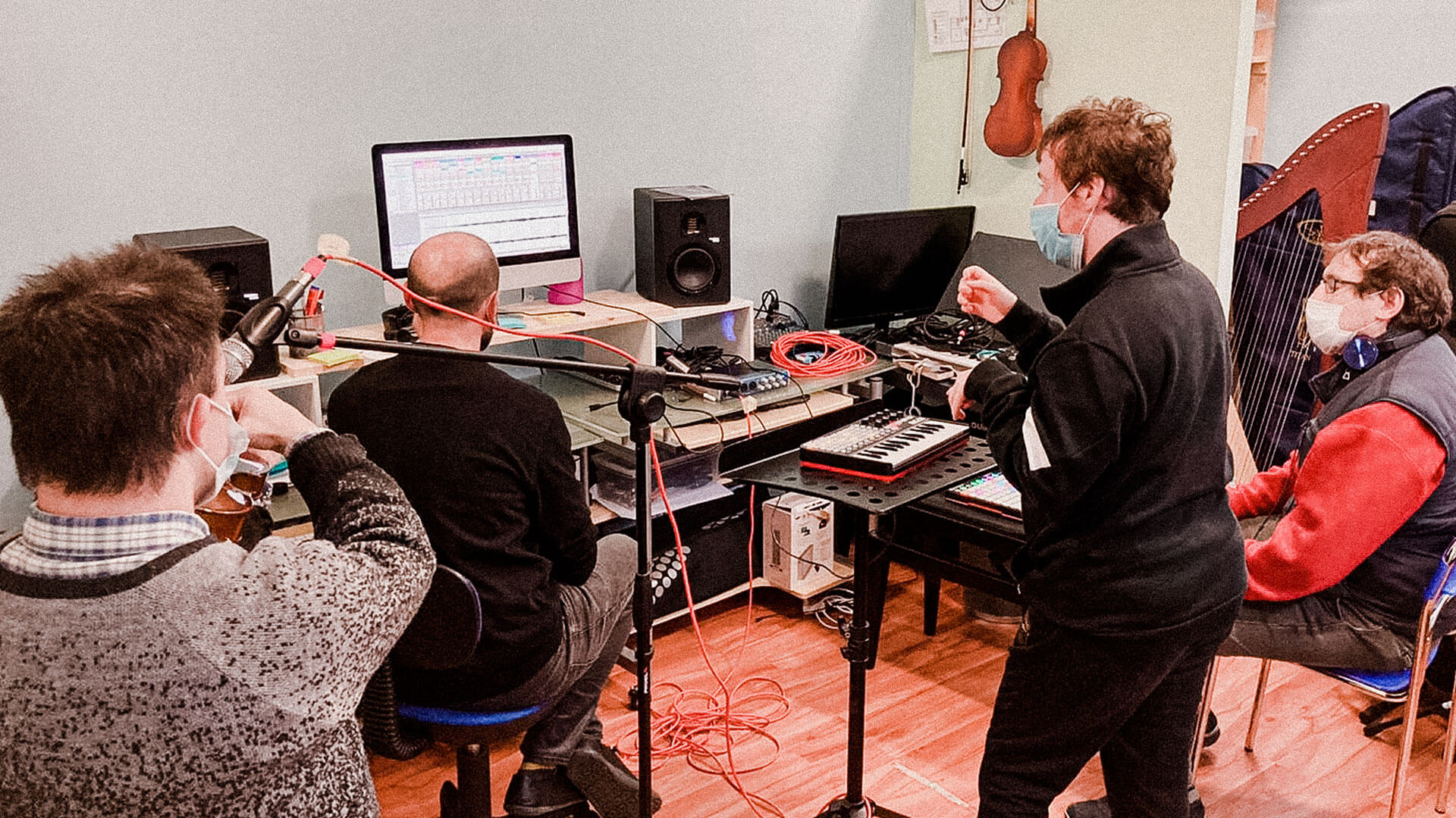 Lezione di musica elettronica in aula, nell'ottobre scorso: i partecipanti al corso confermano che la disabilità non è un limite per l'inventiva con questi strumenti digitali (Foto AM)