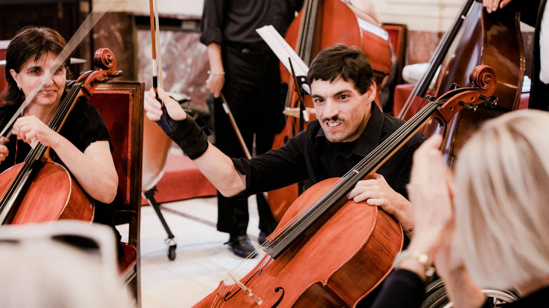 L'Orchestra da Camera durante un concerto tenuto nella Sala Alessi del Comune di Milano: anche il sindaco si è complimentato con i musicisti con disabilità di AM (Foto Vasco Dell'Oro)