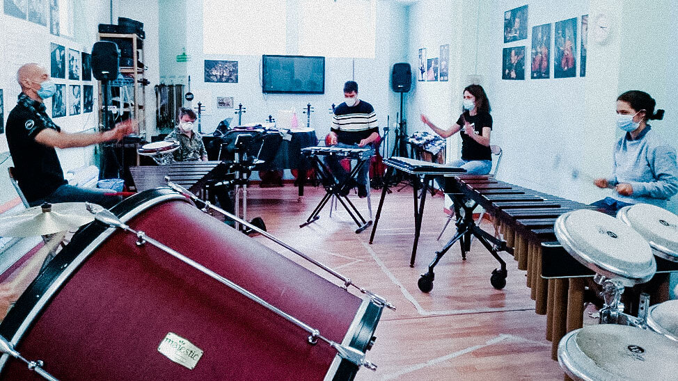 Un momento del corso Masterclass di percussioni, in aula, nell'ottobre scorso. I musicisti con disabilità sono rispettosissimi nell'uso di mascherine e distanze di sicurezza (Foto AM)