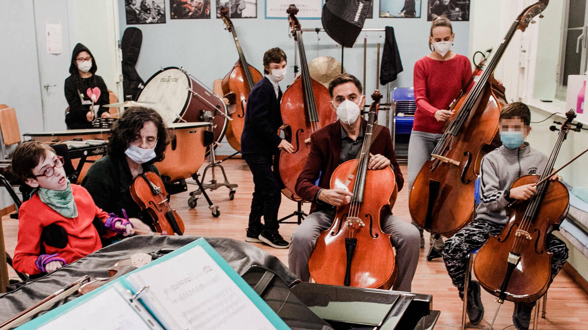 Una lezione in aula del venerdì, con il gruppo di Propedeutica orchestrale riservato ai più piccoli. I bambini con disabilità si rivelano spesso musicisti molto dotati (Foto Vasco Dell'Oro)